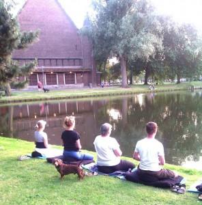 mediteren-met-hond-aan-het-water-296x300
